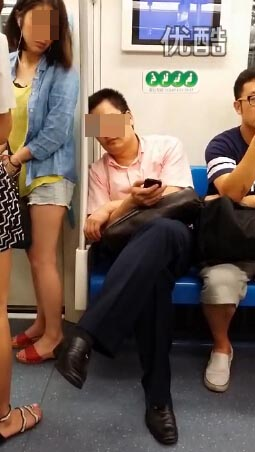 女子地铁上抽猥琐男_上海两名女子\