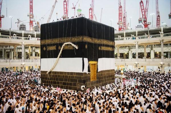 上万穆斯林目睹麦加天房换 新装