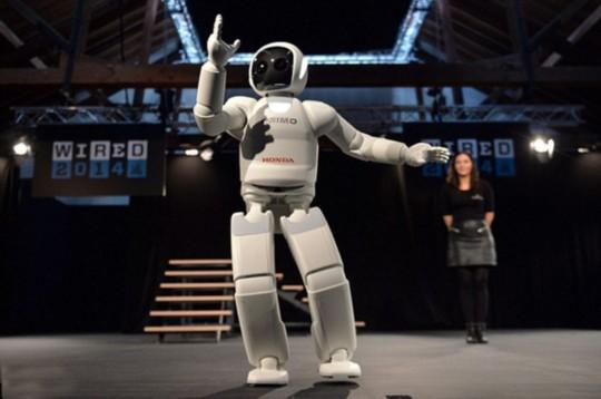 本田的人形机器人展示跳舞技能   国际在线消息:据每日邮报10月17日报道,日本科技巨头本田把最新版本的Asimo机器人第一次带到了英国,并在伦敦有线会议上展示了它们的技能。它们会跑步、踢球、跳舞,最新版本的机器人还可以倒饮料、做手语。