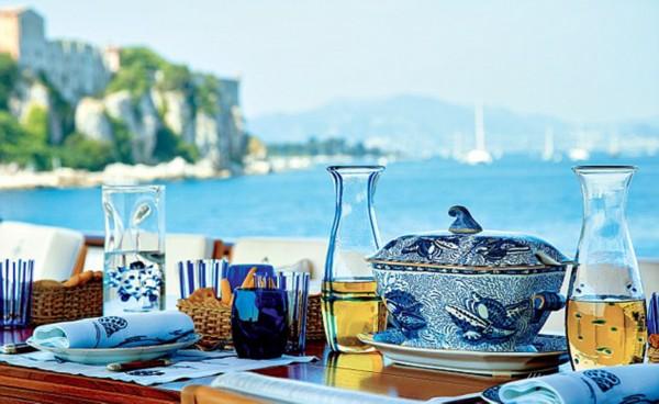 设计师瓦伦蒂诺的游艇T.M 蓝1号上的餐桌摆设。(网页截图)   国际在线专稿:据英国《每日邮报》11月5日报道,意大利时装设计大师瓦伦蒂诺加拉瓦尼登(Valentino Garavani )除了在服装设计领域声名显赫之外,最近,他还发行了一本美食书籍,该书除了展示他对于烹饪的热情与独到见解,还首次公开了他位于巴黎、瑞士、伦敦等 5 个住所内极致奢华的装潢设计与精致餐具,每一个细节都将他富丽华贵的设计风格发挥到了极致。   大师住所内的在大师位于瑞士格施塔德小镇府邸的餐桌上,你可以看到风格独特的葡萄牙风