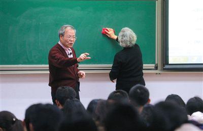 前晚,中科院内,吴乃虎教授正在讲课。由于吴乃虎身体不太好,一旁的妻子黄美娟帮他擦黑板。新京报记者
