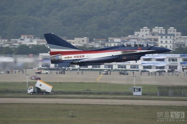 歼10飞行表演高清图 能清晰看到尾部热流