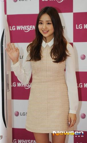 高清:孙妍在出席活动 身着短裙露美腿甜美可爱