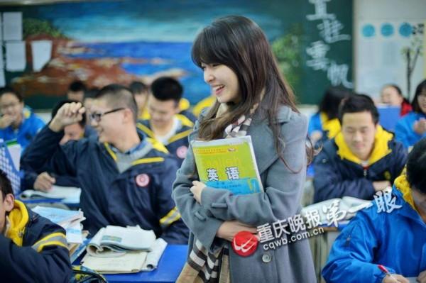 重庆90后美女老师酷似周慧敏