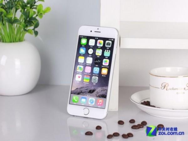 图为 苹果iPhone6   苹果iPhone6正面采用4.7英寸英寸电容式触控屏,分辨率为1334X750像素,显示效果非常不错。另外在机身背部还设有一枚800万像素iSight摄像头,采用5P镜头单位像素尺寸达到1.5m,包含True Tone闪光灯,并且支持光学防抖以及1080P视频录制等功能。核心方面内置全新64位苹果A8处理器+M8协处理器,闪存采用16GB/64GB/128GB ROM的配备,搭载iOS 8.