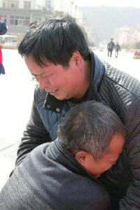两兄弟失散26年后相聚 相拥5分钟泣不成声(图)