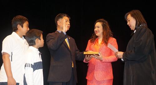 美华裔联邦众议员刘云平在洛杉矶办宣誓就职仪式