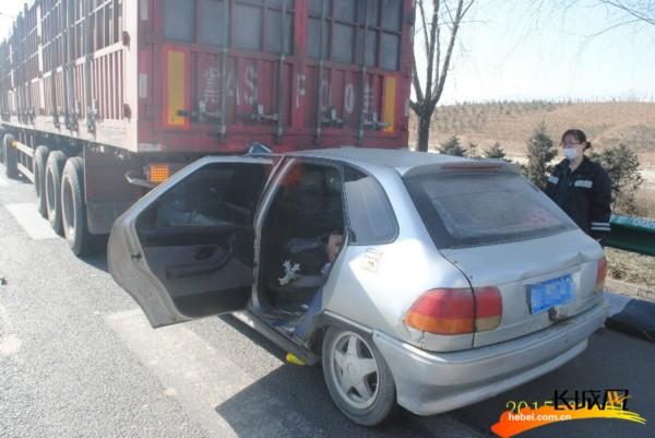 [高清]小轿车追尾大货车 被困司机成功获救