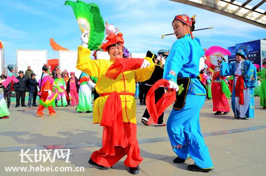 两名秧歌舞爱好者盛装表演.   -秦皇岛 酷秧歌扭起来 喜庆热闹传民俗