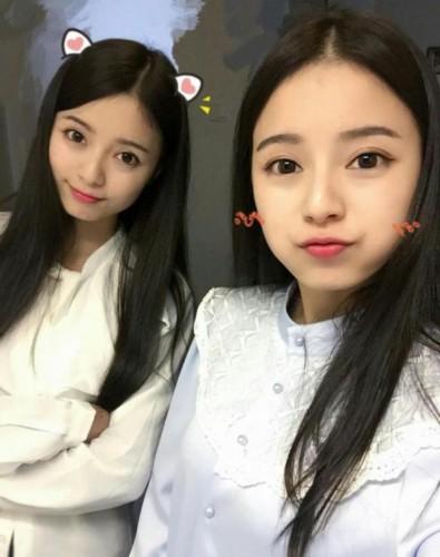 台湾2个可爱双胞胎姐妹的个人资料?有kiss的照片被亲的都是姐姐10.
