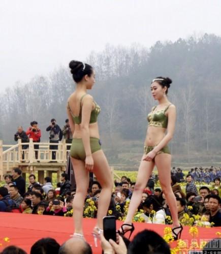 湖北宜昌上演乡村T台秀 女模清凉上阵(组图)