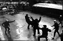 8蒙面男冲进烧烤店斗殴 老板打退众人并活捉1个