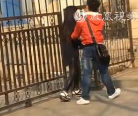 女生反倒保护男友