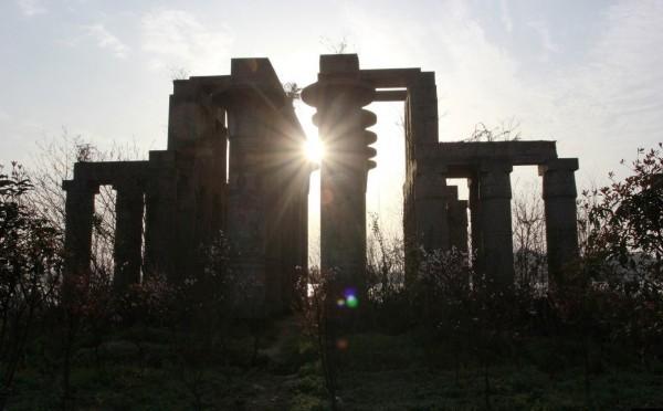 20来根高大的圆柱形立柱,撑起一座巨大的神殿,石柱上的各种符号,代表