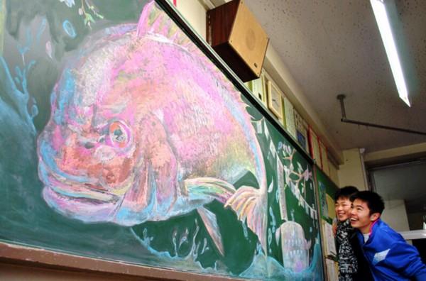 """日本大学生用粉笔画""""占领黑板"""""""