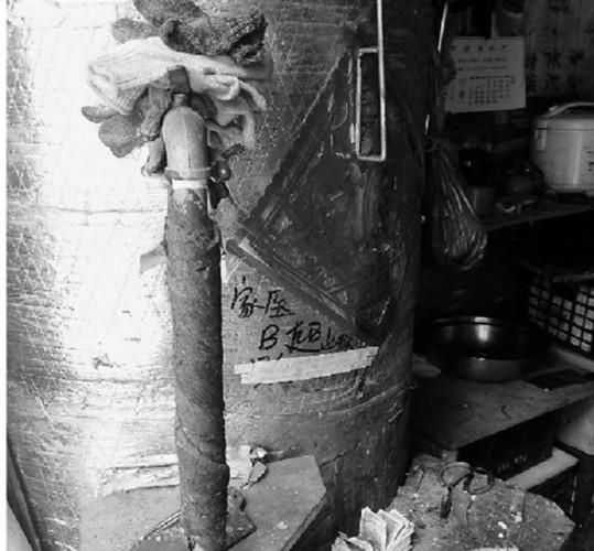 小区里的土法开水摊让居民叫苦不迭 一开炉就冒滚滚黑烟