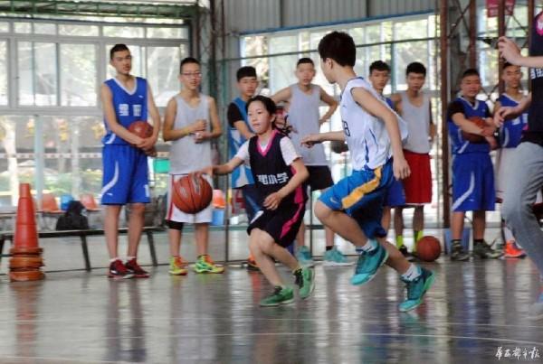 12岁女孩打篮球视频走红