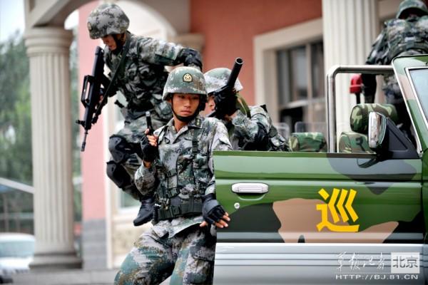 锦荣晒练肌肉硬汉照_军媒发布解放军硬汉猛照(高清组图)图片