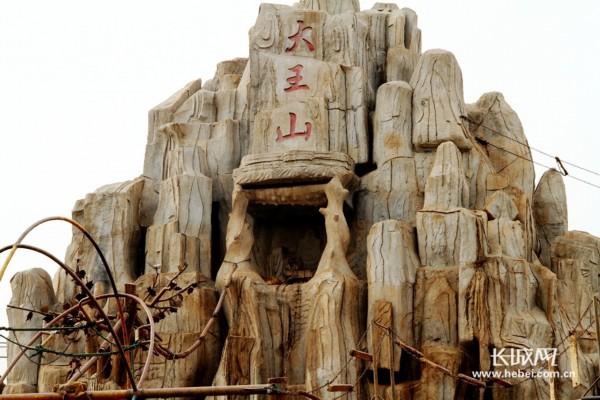 """4月9日,天气回暖,一扫阴冷,石家庄市动物园内的猴山——""""大王山"""""""