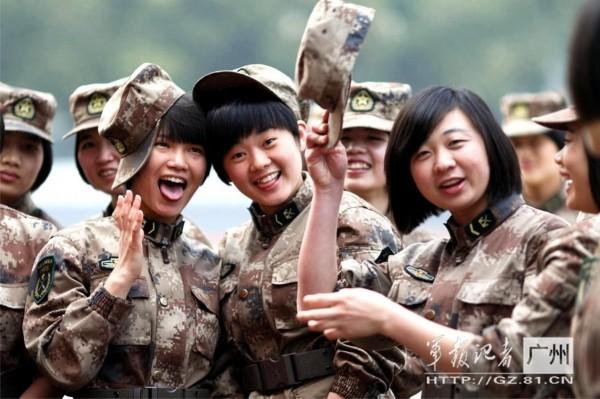 训练间隙战友们用各种表情,逗得大家开怀大笑!图片