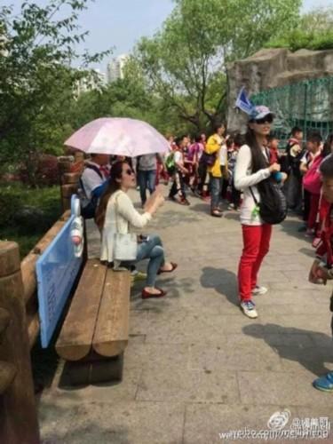 女老师a老师天让小学生为其撑伞引热议(图)_中专题地理高中工业