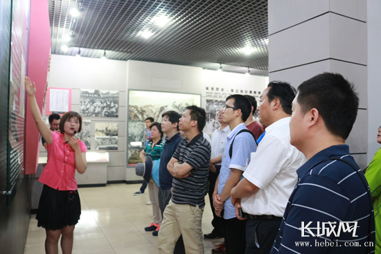 20余家网络媒体的记者参观纪念馆