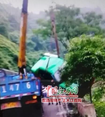 萍乡安源区一出租车坠河司机溺亡女大报幸存美女光图片乘客图片