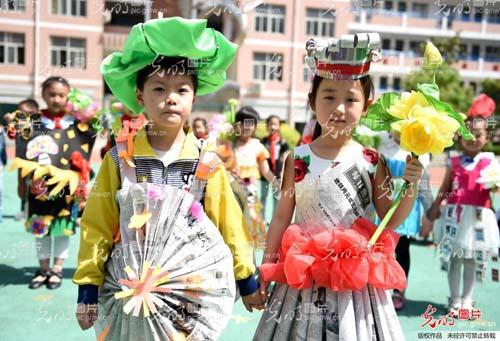 """安徽省亳州市风华小学开展""""环保时装秀""""主题活动,孩子们身着用旧报纸图片"""