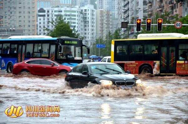 """受强降雨影响达州街道变河 市民撑伞""""看海""""(图)图片"""
