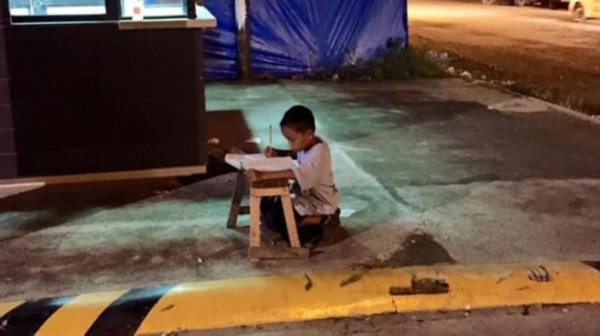 菲律宾男孩路灯下读书学习 励志照片感动网友(图)图片
