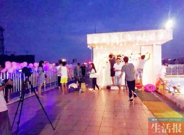 求婚导演组正在楼顶布置求婚现场(受访者供图)-广西高校毕业生筹