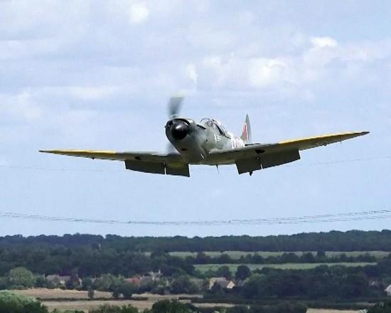 """7月19日报道,7月18日上午,一架""""喷火""""战斗机在飞行时,发现飞机起落架"""