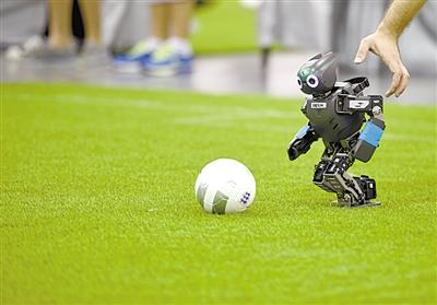 7月19日,在安徽省合肥市国际会展中心,参赛选手在赛前调试足球机器人.当日,第19届robocup机器人世界杯赛在安徽合肥开赛.本次机器人世界杯赛分专业组与青少年组,来自全球47个国家和地区的2000