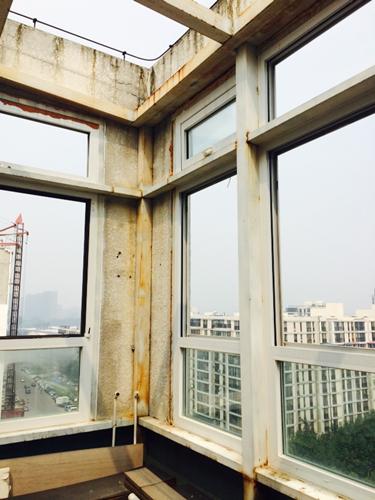柱,梁,楼板等主体结构部件,必须按照报批图纸施工;不得改,拆阳台及外