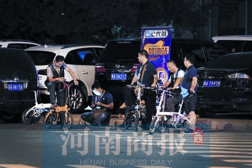 郑州/天泽街路口,几位代驾司机在一起等活儿
