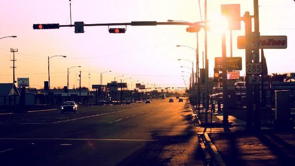资料图:十字路口的红绿灯.(图片与本文无关)