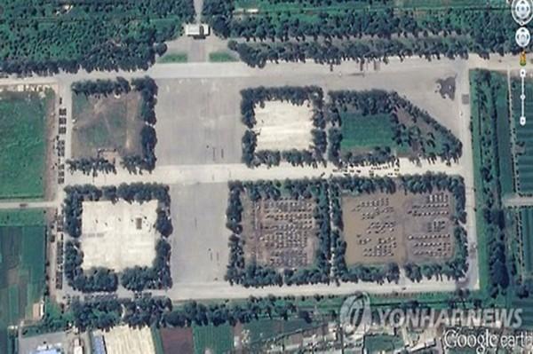 韩联社通过朝鲜美林机场的谷歌卫星图片,推测朝鲜正在准备大规模阅兵式(网页截图)   国际在线专稿:据韩联社8月27日报道,朝鲜在今年10月10日的劳动党建党70周年纪念日之际,或将在平壤金日成广场举行大规模阅兵式。韩国现已捕捉到朝鲜正在准备阅兵式的卫星图片。   韩联社对谷歌卫星图片进行分析称,朝鲜已在平壤美林机场部署了类似炮兵装备和装甲车等运输装备的物体,推测其是在为召开阅兵式做准备。   同时韩联社披露韩国政府也已确认,朝鲜将在劳动党建党70周年之际在美林机场部署飞毛腿和劳动等各种导弹以及