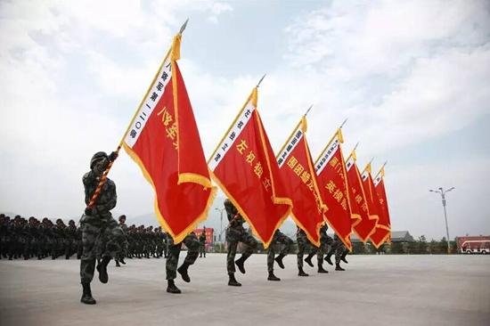 每次给队友们讲述这面旗帜的历史,他就像重新回到那个山河破碎,烽火连