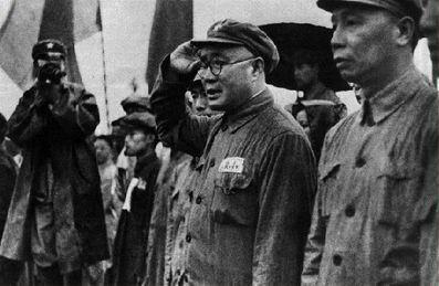 1949年4月,刘伯承(右二)在庆祝南京解放大会上检阅游行队伍.右