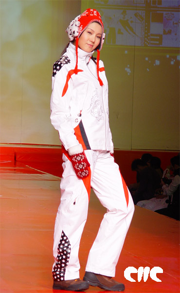 """模特展示2006""""乔丹杯""""首届中国运动装设计大赛的金奖作品《龙族》"""