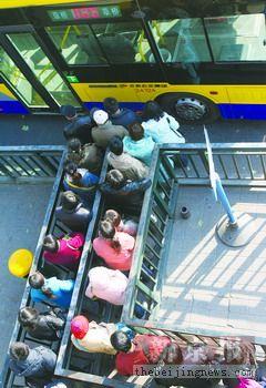 前日,月票有效的3 0路公交车内环线草桥总站,几十位乘客排队上车,显得十分拥挤。