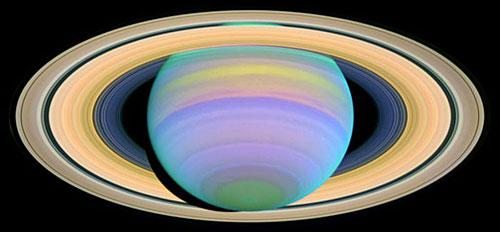 這是哈勃望遠鏡拍攝的紫外線照片裏顯示的土星光環景觀。(國際線上獨家資訊 付華一)