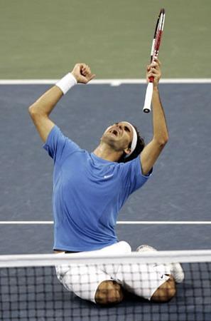 2006年9月10日,美國紐約。瑞士網球選手羅傑-費德勒在美網公開四男單決賽上安迪-羅迪克後喜不自禁。費德勒贏得了他的第九個大滿貫冠軍,與皮特-桑普拉斯的14個大滿貫記錄還差5個。