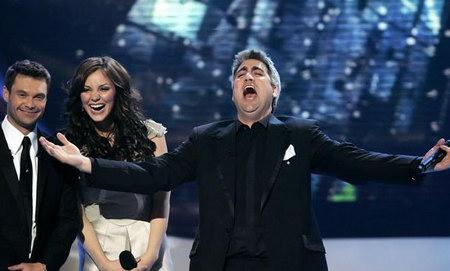 2006年5月,擁有一頭招牌灰白頭髮的泰勒-希克斯,以豐富的歌唱經驗及舞臺上賣力的演出,技壓群雄,靠著超高人氣贏得第五屆美國偶像歌唱大賽的冠軍。 在贏得美國偶像之前,泰勒就已獨立發行過兩張專輯。除此之外,泰勒也是大型婚禮歌手的熱門人選。