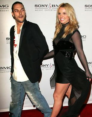"""2006年2月,""""小甜甜""""布萊妮與丈夫凱文·費德林出現在格萊美頒獎晚會。11月,布萊妮與費德林這對金童玉女結束婚姻。"""