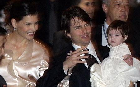 2006年 4月19日,湯姆·克魯斯的未婚妻凱蒂·霍爾姆斯生了一個女兒,圖為克魯斯一家在西班牙的全家福。