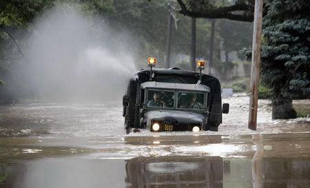 2006年7月,美國新澤西州遭暴風雨襲擊。圖為一輛軍車困在洪水中。