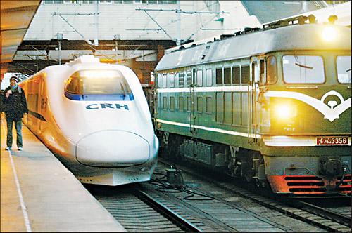 随着首列CRH列车从传统的东风型内燃机车边驶过,中国铁路的新时代