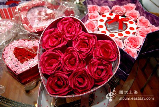 这盒火红的玫瑰花其实是手工纸花