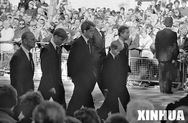 这是1997年9月6日,出席戴安娜王妃葬礼的哈里王子(右二)和其他